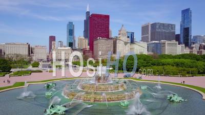 Vue Aérienne Du Centre-Ville De Chicago Avec Une Fontaine - Vidéo Drone