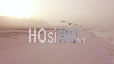 Vue Aérienne Dun Couple Courant Et S'amusant Sur Une Large Plage De Sable Sur La Côte De Djibouti -Vidéo Drone