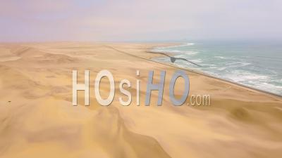 Vue Aérienne Au-Dessus D'une Route Et Des Dunes De Sable Près D'une Route Côtière Sur La Côte Squelettique De La Namibie - Vidéo Drone