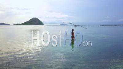 Femme Se Baignant Dans L Océan, Bali, Indonésie - Vidéo Drone