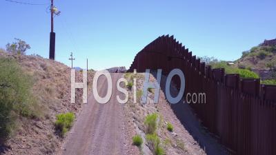 Vue Aérienne Sur Un Véhicule De Patrouille Frontalière Debout Garde Près Du Mur Frontière à La Frontière Américaine Du Mexique à Nogales, Arizona - Vidéo Drone