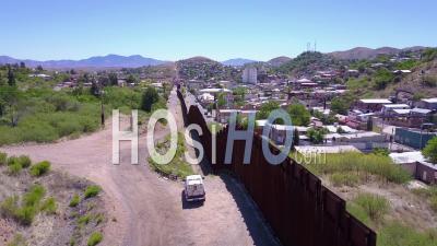 Vue Aérienne Sur Un Véhicule De Patrouille Frontalière Debout Garde Près Du Mur Frontière à La Frontière Américaine Du Mexique à Tecate - Vidéo Drone
