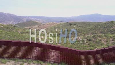 Vue Aérienne Le Long Du Mur Frontière Entre Le Mexique Et Les États-Unis - Vidéo Drone