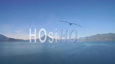 Vue Aérienne Sur Le Lac Amatitlan Au Guatemala Révèle Le Volcan Pacaya - Vu Par Drone