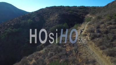 Vue Aérienne D'un Cycliste En Vtt Sur Une Montagne - Vidéo Drone