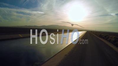 Vue Aérienne Sur L'aqueduc De Los Angeles Au Coucher Du Soleil, Los Angeles, Californie, États-Unis D'amérique - Vidéo Drone
