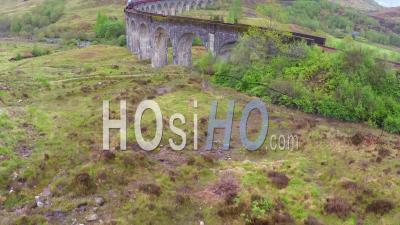 Vue Aérienne Sur Le Viaduc De Glenfinnian En Écosse Avec Le Train à Vapeur Passant - Vidéo Drone