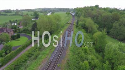 Vue Aérienne Sur Le Train à Vapeur Orient Express Qui Traverse La Campagne Anglaise - Vidéo Drone