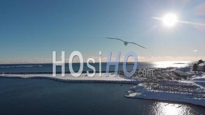 Reine Village Sous La Neige, Avec Un Ciel Bleu Et Le Stockfish Vide -Vidéo Drone