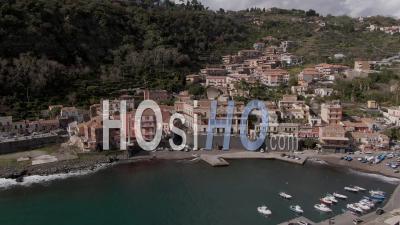 Un Village De Pêcheurs Et La Mer Sur La Côte Est De La Sicile (italie) -Vidéo Drone