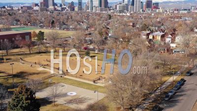 Vue Aérienne Sur Un Parc à Chien Et Des Propriétaires D'animaux De Compagnie Pour Révéler Les Toits Du Centre-Ville De Denver, Colorado - Vu D'un Drone