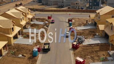 Vue Aérienne Sur Un Quartier De Maisons En Construction Dans La Banlieue - Vidéo Drone