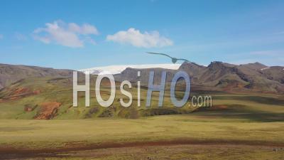 Vue Aérienne Sur Un Paysage Islandais Typique, Près De Vik, Comprend Des Paysages Volcaniques Et Glaciaires - Vidéo Drone
