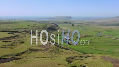 Vue Aérienne Sur Le Paysage Typique De L'islande, Près De Vik, Comprend Des Paysages Volcaniques Et Océaniques - Vidéo Drone