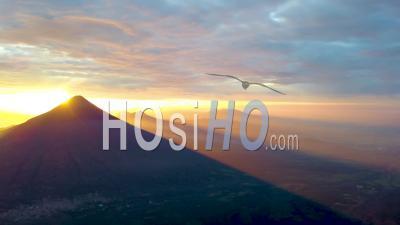 Vue Aérienne Sur Le Paysage Volcanique Du Guatemala - Filmé Par Drone