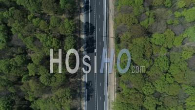 Vue Aérienne D'une Route à Travers Une Forêt - Vidéo Drone