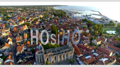 Vue Aérienne De La Ville De Visby Avec Le Port En Arrière-Plan, Suède - Vidéo Drone