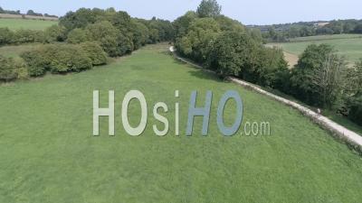 Un Vélo Qui Passe Sur Un Chemin Dans La Campagne Près De Coutances - Vidéo Drone