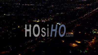Vue Aérienne De Nuit De La Nuit Sur La Circulation Sur L'autoroute I-110 Au Sud Du Centre-Ville De Los Angeles (dtl)
