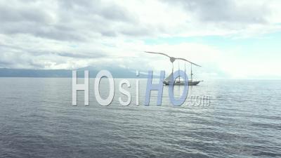 Bateau à Voile Devant Le Port De Vela Aux Açores Vidéo Drone