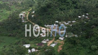 Vol Au-Dessus D'un Village Africain Dans La Forêt Tropicale Vidéo Drone