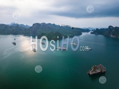 Cruise Ship From Above, Lan Ha Bay , Vietnam - Drone Point Of View - Photographie Aérienne
