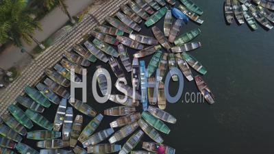 Bateau à Rames Stationné En Attente De Passagers à Hoa Lu, Tam Coc, Vietnam - Vidéo Drone