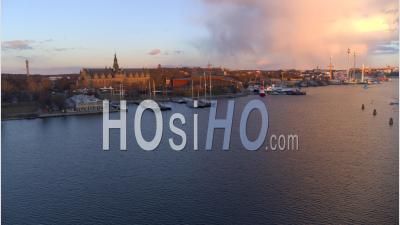 Survoler Le Canal Dans Le Centre De Stockholm Pendant Le Coucher Du Soleil, Suède - Vidéo Drone