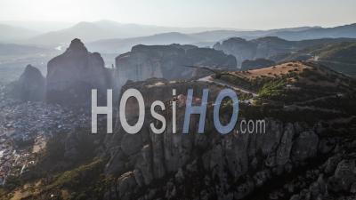 Vue Aérienne Des Météores, Complexe De Monastères Orthodoxes Orientaux, Grèce - Vidéo Par Drone