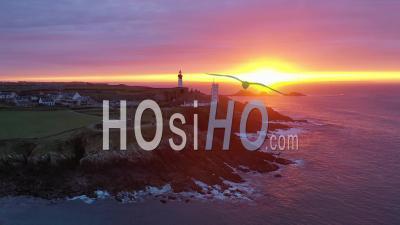 Lever Du Soleil Du Ciel à Pointe Saint-Mathieu - Vidéo Aérienne Par Drone