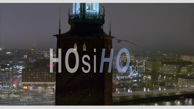 Vue Aérienne Sur L'hôtel De Ville De Stockholm Dans La Nuit, Suède - Vidéo Aérienne Par Drone