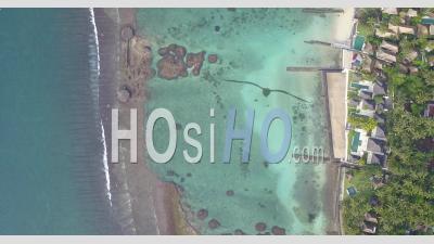 Un Récif De Corail à L'eau Claire à Côté De La Plage - Vidéo Aérienne Par Drone