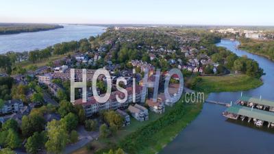 Quartier Haut De Gamme Type Avec Maisons Et Duplex Dans Une Région Suburbaine De Memphis Tennessee, Mud Island - Vidéo Aérienne Par Drone