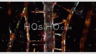 De Nuit, Suivant Des Voitures Dans La Vieille Ville D'amman, En Jordanie Avec Des Bâtiments, Du Trafic Et Des Voitures Sur Route - Vidéo Par Drone