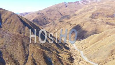 2019 - Voitures Voyageant Sur Une Route à Travers Un Paysage De Montagne Sec Dans L'île Du Sud De La Nouvelle-Zélande - Vidéo Aérienne Par Drone
