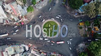 Rond-Point Occupé Pendant Les Heures De Pointe à Ho Chi Minh City, Saigon, Vietnam - Vidéo Par Drone