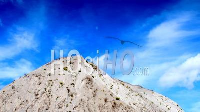 Laps De Temps, Nuages Blancs Sur Un Ciel Bleu Foncé Sur Un Tas De Calcaire