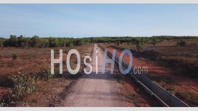 Moto Sur Une Route De Sable Rouge - Vidéo Drone