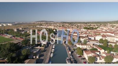 Un Train Passant Par Un Pont à Frontignan, Sud De La France -  Vidéo Par Drone