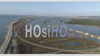 Vue Aérienne De La Route Entre L'étang Et La Mer Méditerranée Dans Le Sud De La France, Filmé Par Drone En Hiver