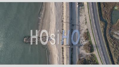 Vagues Dans La Mer Méditerranée Dans Le Sud De La France - Séquence Vidéo De Drone