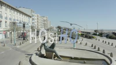 Rue Déserte Sur Un Bord De Mer Français Typique à La Mi-Journée Pendant Covid19 - Vidéo Par Drone