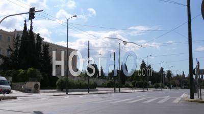 Vas Déserte. Avenue Amalias, Parlement Hellénique, Confinement Dans Le Centre-Ville D'athènes, Grèce