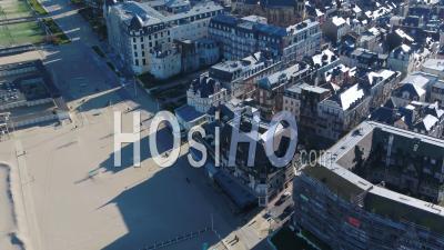 Vue Aérienne Au-Dessus De La Plage Déserte De Trouville Durant Le Confinement Covid19 - Vidéo Par Drone