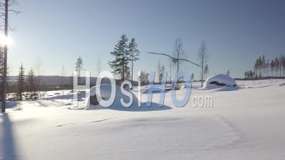 Deux Motoneiges Conduisant à Une Forêt Enneigée De Sapins, Tackasen, Suède - Vidéo Drone