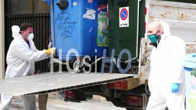 Hommes Ramassant Des Ordures, Avec Des Masques Et Des Gants, Confinement Athènes Grèce