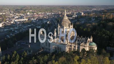 Vue Aérienne Autour De La Basilique De Lisieux Pendant Le Confinement Covid19 - Vidéo Par Drone