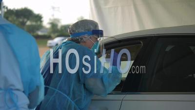 2020 - Les Patients Atteints De Coronavirus Covid-19 Sont Testés Dans Une Clinique Drive Thru. Robes, Masques Et Kits De Test Illustrés.