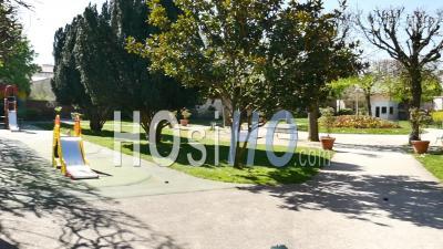 Covid19 - Parc Vide Avec Tobbogan