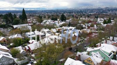 Vue Aérienne Sur Le Quartier D'hiver Enneigé, Maisons, Banlieues Dans La Neige à Portland, Oregon. -  Vidéo Par Drone